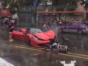 O femeie distruge un Ferrari