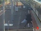 Adolescent acuzat ca a incercat sa-si arunce prietena sub rotile unui tren