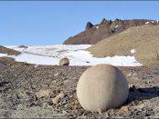 Bilele perfect sferice de pe insula Champ