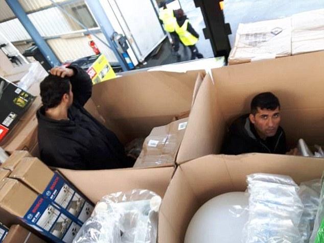 Imigranti gasiti in camioanele sale