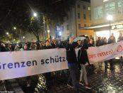 """Protestatari AfD duc un banner pe care scrie """"Protejati granitele - salvati vieti"""""""