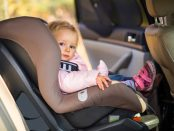 Copil în scaun de mașină