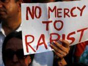 Fara mila pentru violatori scrie pe pancarta unui protestatar din India