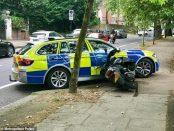 Moped doborât de poliția din Londra în timpul unui jaf