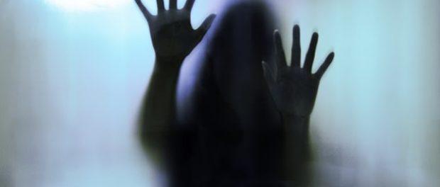 O tânără a fost violată și filmată de o bandă formată din cinci bărbați