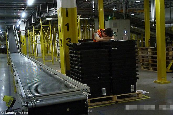 Lucrătorii de la depozitele de livrare dorm în picioare în perioada sărbătorilor
