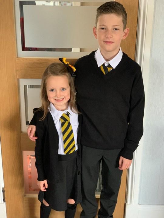 Fetița s-a fotografiat alături de fratele ei mai mare în prima zi de școlaă
