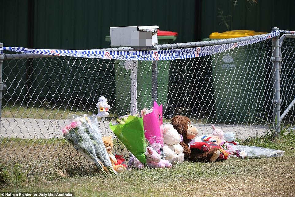 Un ultim omagiu adus fetițelor moarte în mașina supraîncălzită