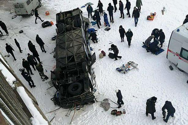 Un autobuz a căzut de pe un pod în Rusia într-un râu înghețat