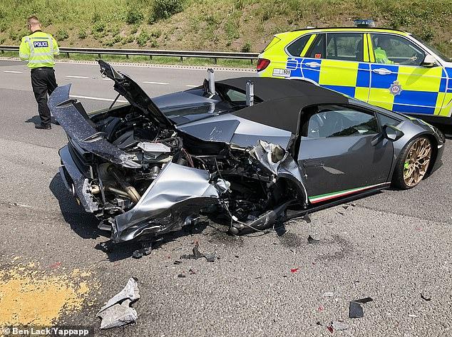 Lamborghiniul Huracan din fotografie s-a defectat pe banda rapidă a autostrăzii M1, la doar 20 de minute după ce proprietarul a cumpărat mașina