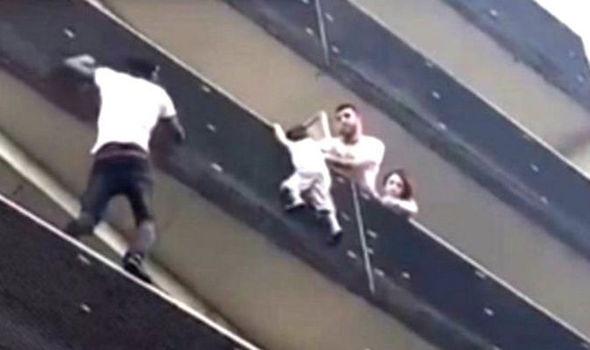Stiri Aiudeanul - Salvare spectaculoasă a unui copil la Paris