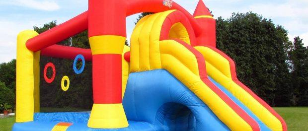 Un castel gonflabil a explodat provocând moartea unei fetite