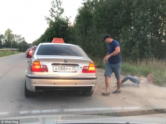 Sofer de taxi il lasa in mijlocul drumului pe un client nesimtit