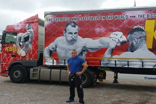 Cel mai puternic om din lume Mariusz Pudzianowski si unul dintre camioanele sale