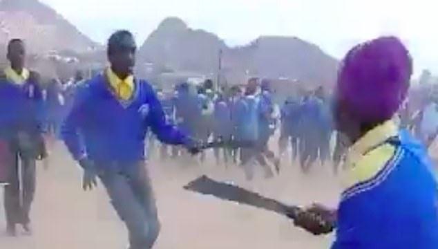 Elevi din Africa de Sud intr-o confruntare violenta cu macete