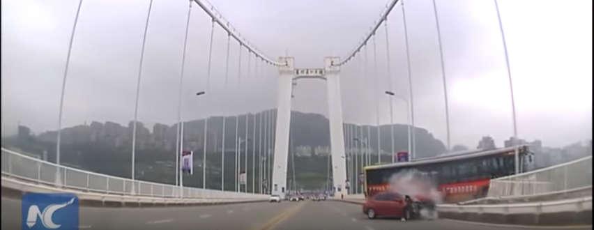 Autobuzul prăbușit de pe pod în fluviu după o ceartă intre sofer si o pasagera