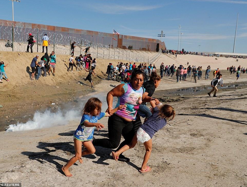 Grup de imigranți întâmpinați cu gaze lacrimogene și gloanțe de cauciuc la granița dintre SUA și Mexic