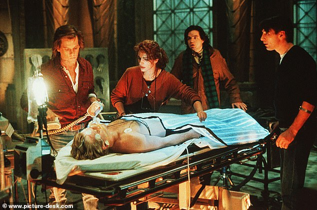 Julia Roberts în filmul Flatlines unde un grup de studenți experimentează viața după moarte