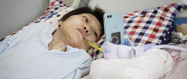 Tanara din China care conduce o afacere online desi este paralizata