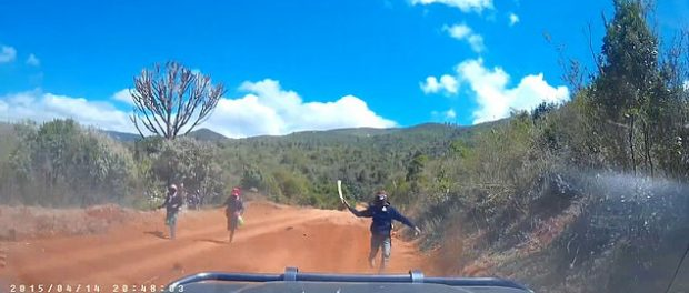 Atac cu macete pe un drum rural din Keny