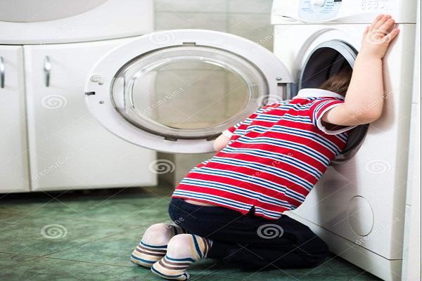 Băiat mort în mașina de spălat