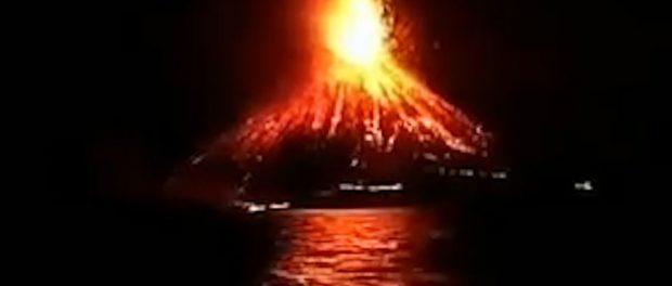 Erupție vulcanică urmată de un tsunami de 6 m în Indonezia
