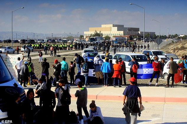 Imigranți din America Centrala protestează în fața consulatului SUA din Tijuan-Mexic
