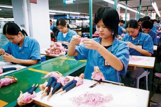 Muncitoarele din China lucrează pe salarii de mizerie pentru păpuși Disney vândute în Occident