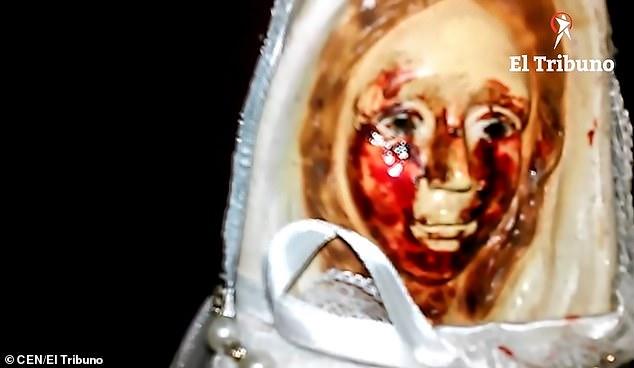 """Statuia Fecioarei Maria plângând cu """"lacrimi de sânge"""" în Argentina"""