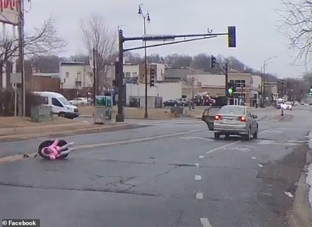 O fetiță a scăpat în mod miraculos după ce a căzut din mașina condusă de mama sa