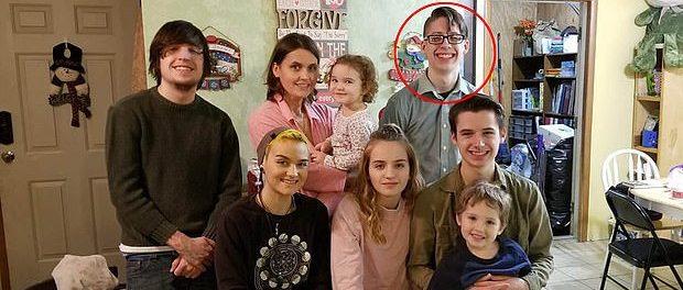 Ethan (în cercul roșu) împreună cu mama lui și cei șase frați mai mici nevaccinați