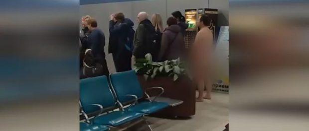 Bărbat gol pușcă așteptă să se îmbarce pe un aeroport din Moscova