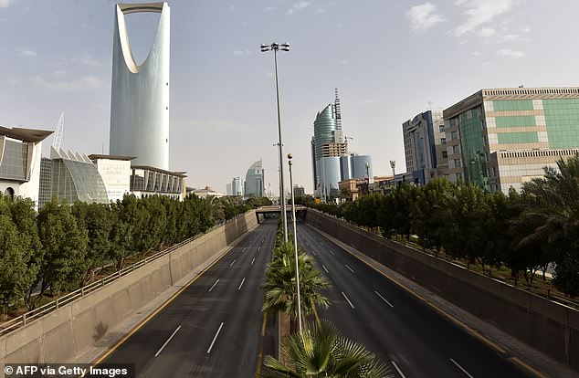 Autostrada pustie în capitala Riad - Arabia Saudită