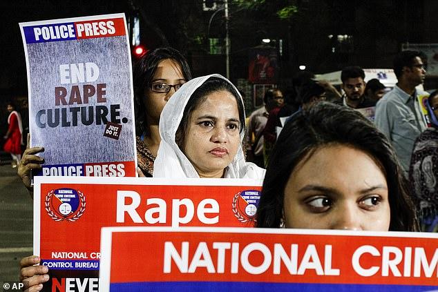 Indieni protestând împotriva violențelor sexuale din țară
