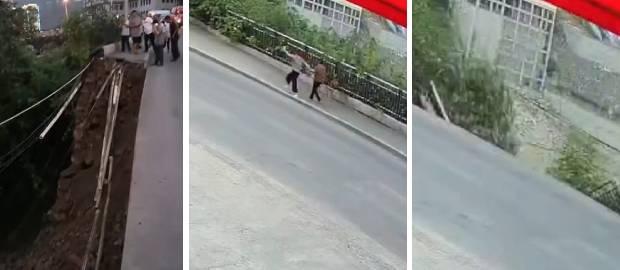 MOMENTUL ȘOCANT în care două femei cad într-o groapă când trotuarul se prăbușește